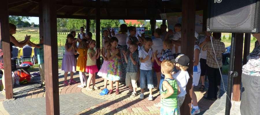 Dzieci z szafarnianych półkolonii wykonały skomplikowany układ taneczny