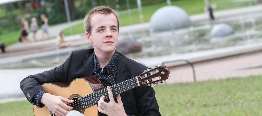 Piknikowanie w parku swoją muzyką umili także 17-letni Rafał Majek