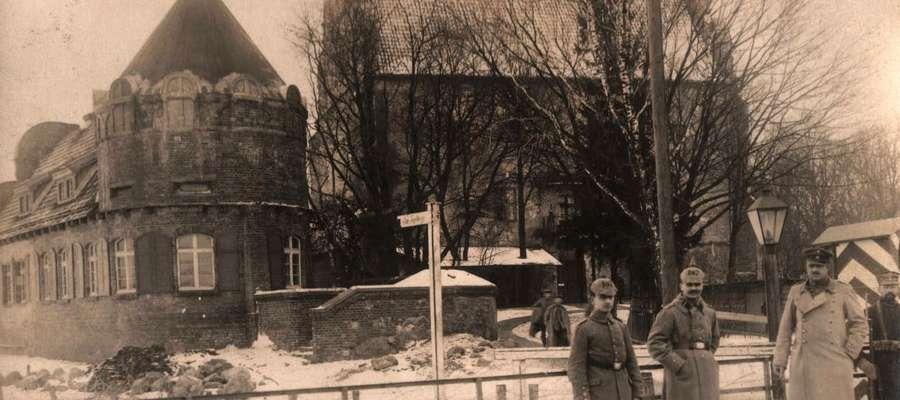 Zdjęcie z okresu I wojny św. przedstawiające posterunek żołnierzy niemieckich na moście obrotowym w Giżycku.