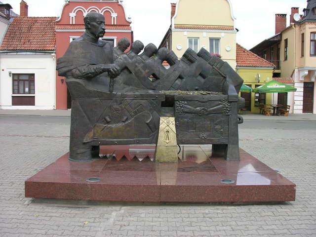 Pomnik Janusza Radziwiłła na rynku w Kiejdanach - full image