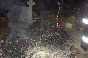 Płonący grób gasili strażacy