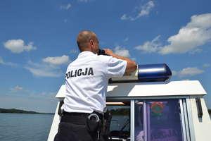 Pijany kierowca szukał kryjówki przed policją w toni jeziora