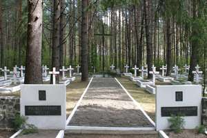 Młodzi Polacy i Ukraińcy wspólnie porządkują polskie cmentarze na Ukrainie