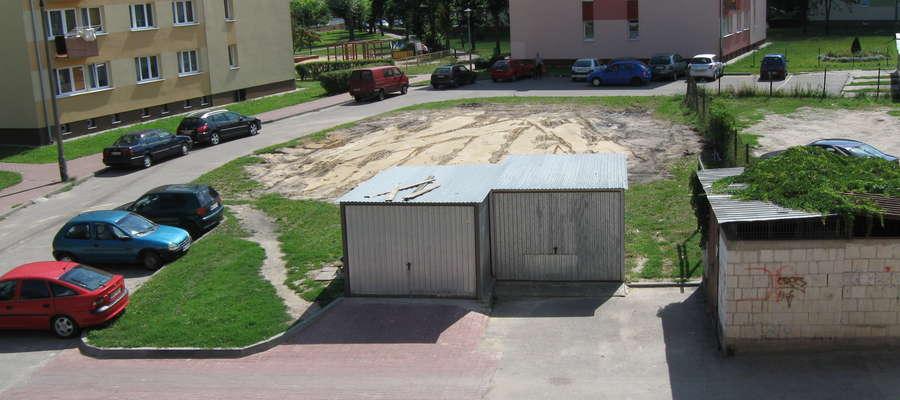 """Jak twierdzą mieszkańcy, gdyby """"blaszaki"""" zniknęły, w tym miejscu można by urządzić wjazd na parking"""