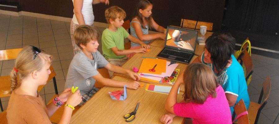 W poniedziałek 4 sierpnia dzieciaki poznawały sztukę origami