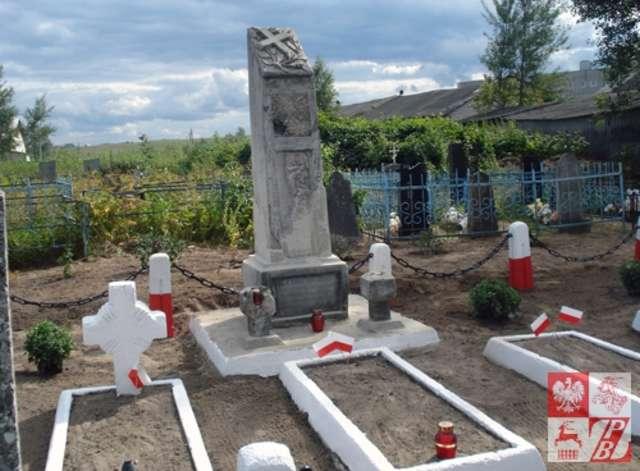 Wysadzony przez sowietów pomnik wrócił na swoje miejsce - full image