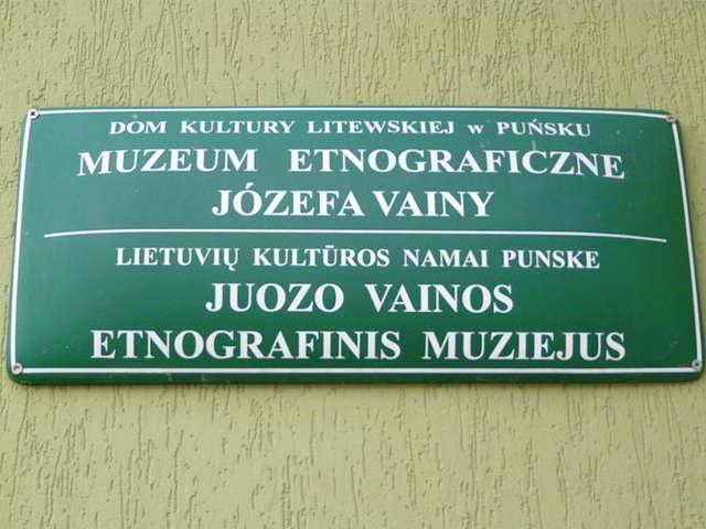 Tablica informacyjna Muzeum Etnograficznego w Puńsku. W gminie Puńsk 75% mieszkańców to Litwini. Tablice informacyjne wszystkich miejscowości są dwujęzyczne. - full image