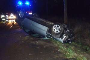 Audi wpadło do rowu i dachowało. Dwie osoby w szpitalu