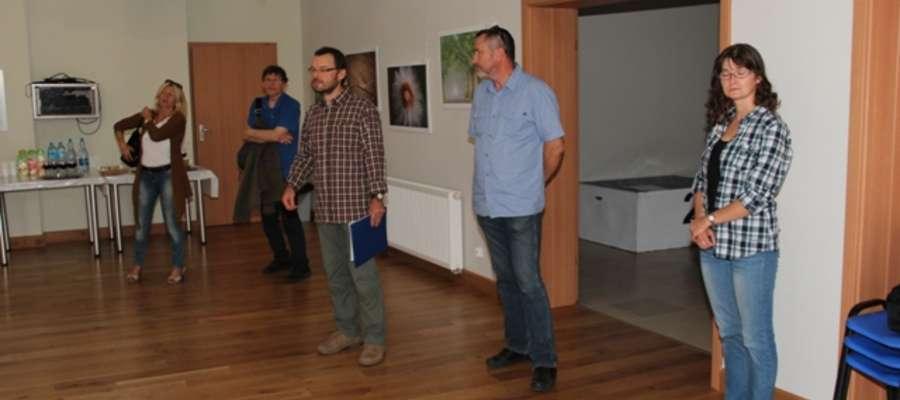 """Jan Olchówka (w środku) w czasie wernisażu wystawy """"W naturze"""""""