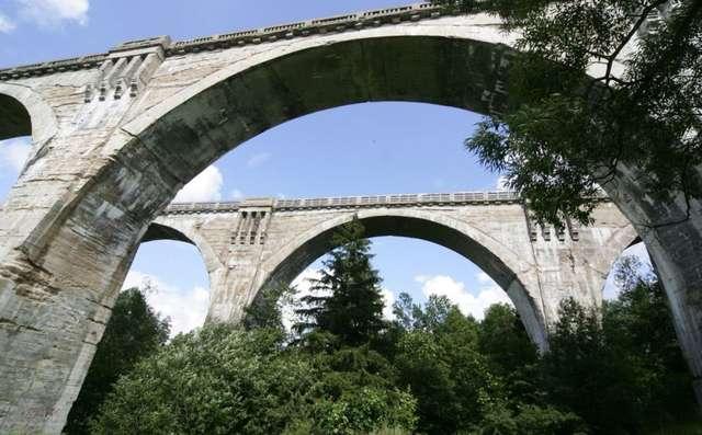 Najbardziej znanym obiektem turystyczym w gminie Dubeninki są słynne wiadukty w Stańczykach - full image