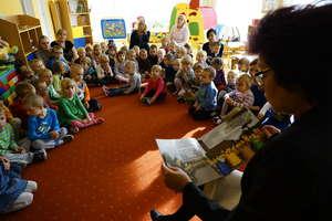 Burmistrz czyta dzieciom