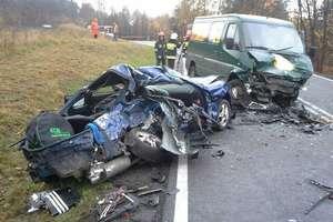 Zginęli 18-latek i 17-latka. Tragiczny wypadek na DK 53