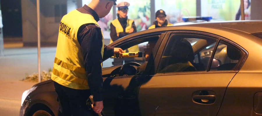 Policjanci w trakcie codziennej służby sprawdzają stan trzeźwości osób poruszających się po drogach naszego regionu