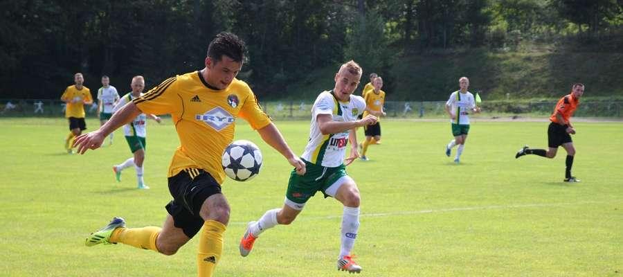 Na inaugurację sezonu piłkarze z Gołdapi (żółte koszulki) przegrali 2:4 z Płomieniem Ełk