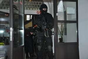 Policyjne ćwiczenia sztabowe: Terroryści uprowadzają ucznia i grożą użyciem materiałów wybuchowych