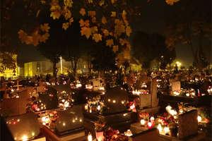 Czas zadumy nad grobami bliskich
