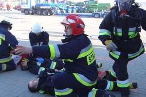 Baza transportowa pełna strażaków