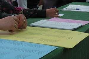 Na radnych gminnych karty białe, na burmistrzów różowe