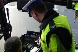 """Kierowca autobusu wiózł pasażerów na """"podwójnym gazie"""""""