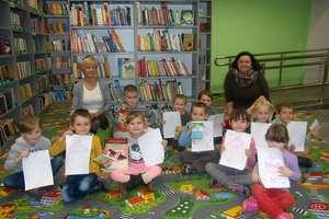 Przedszkolaki z wizytą w bibliotece. Tydzień Edukacji Globalnej