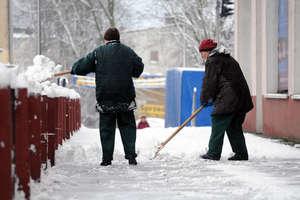 Policja przypomina o obowiązku odśnieżania chodników przy posesjach i usuwania śniegu z dachów budynków
