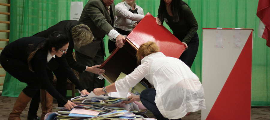 Otwarcie urn wyborczych w lokalu mieszczącym się w sali sportowej Zespołu Szkół nr 1 w Bartoszycach