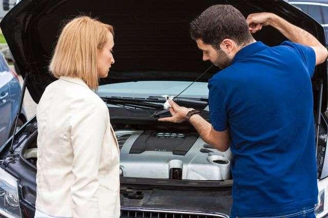 """""""Kręcenie liczników"""" czy sprzedaż auta po kolizji jako bezkolizyjnego to niektóre ze sposobów nieuczciwych handlarzy samochodów na zarobienie jak największej ilości pieniędzy. - full image"""