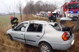 Zaczepiła  o zderzak ciężarówki i dachowała. Ranna kobieta przebywa w szpitalu