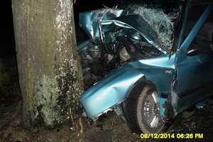 Wycieczka 21-latka bez prawa jazdy skończyła się na drzewie