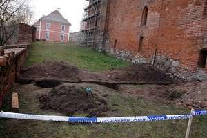 Wykopali ludzkie szczątki pod lidzbarskim zamkiem
