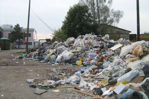 Góra śmieci i duszący fetor. Posprzątają za rok