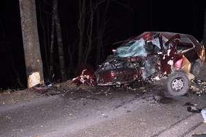 20-letni kierowca golfa uderzył w drzewo. Zginął na miejscu