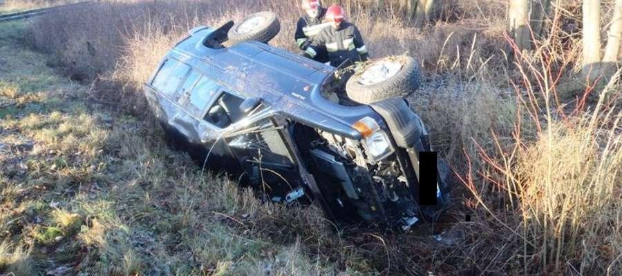 Kierujący pojazdem stracił panowanie nad autem, które wpadło do przydrożnego rowu