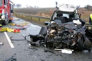 Tragiczny wypadek na DK16. Jedna osoba zginęła, druga jest ciężko ranna