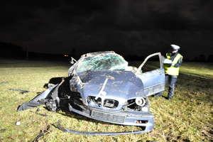 Pijany kierowca BMW uderzył w drzewo. Jeden z pasażerów miał ponad 5 promili!
