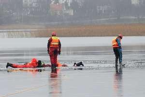 Jeziora zamarzają, ale lód jest bardzo cienki. Ratownicy apelują o rozwagę!