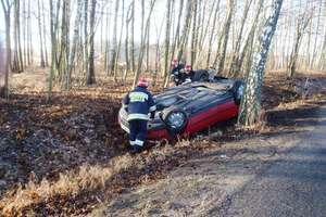 Stracił panowanie nad autem, zjechał na pobocze i dachował. Wypadek w Szalmii