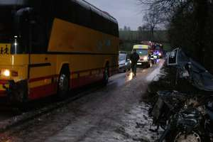 Autobus do przewozu dzieci zderzył się z osobówką