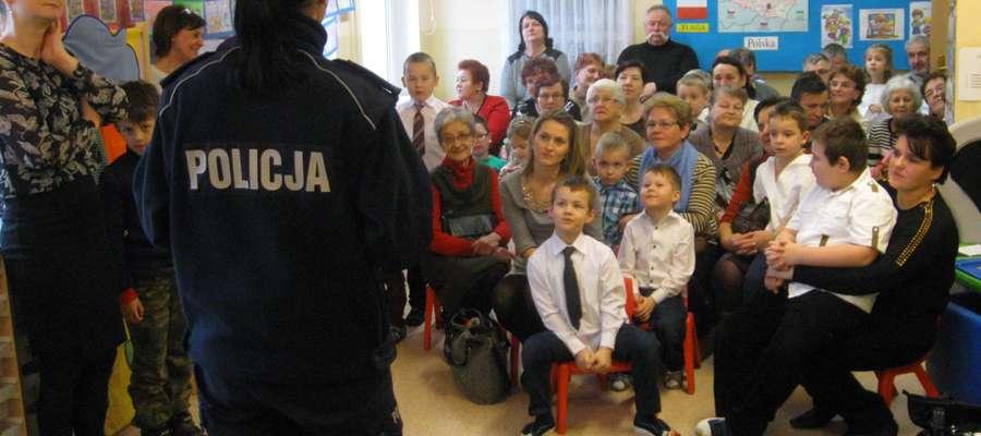 """W kętrzyńskim przedszkolu """"Malinka"""" odbyło się profilaktyczne spotkanie policjantów z dziećmi i ich dziadkami"""