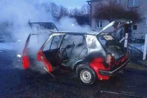 Pożar samochodu. Ogień doszczętnie zniszczył auto
