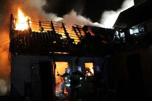 Strażacy uratowali dom przed rozprzestrzeniającym się ogniem [FILM]
