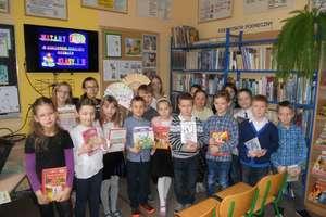 Uczniowie klas pierwszych pasowani na Czytelników