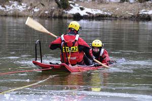 Strażackie ćwiczenia na pękniętym lodzie