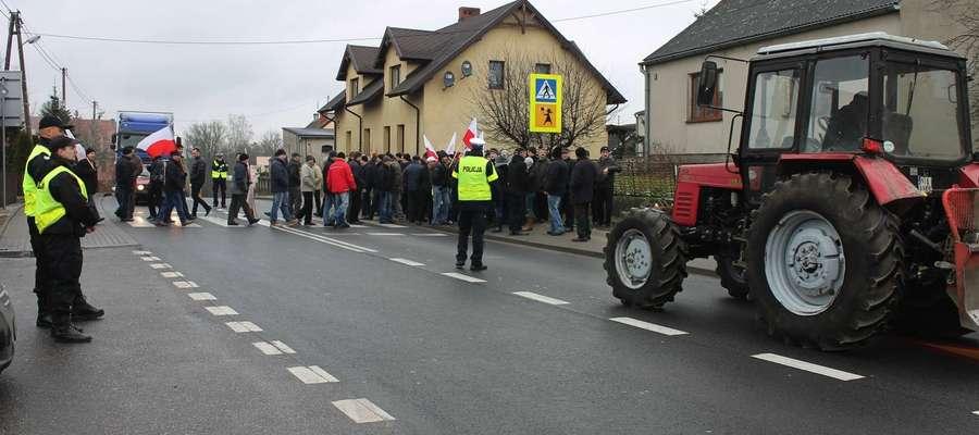 28 stycznia grupa protestujących rolników blokowała przejazd przez drogę krajową nr 15 w Sampławie koło Lubawy.