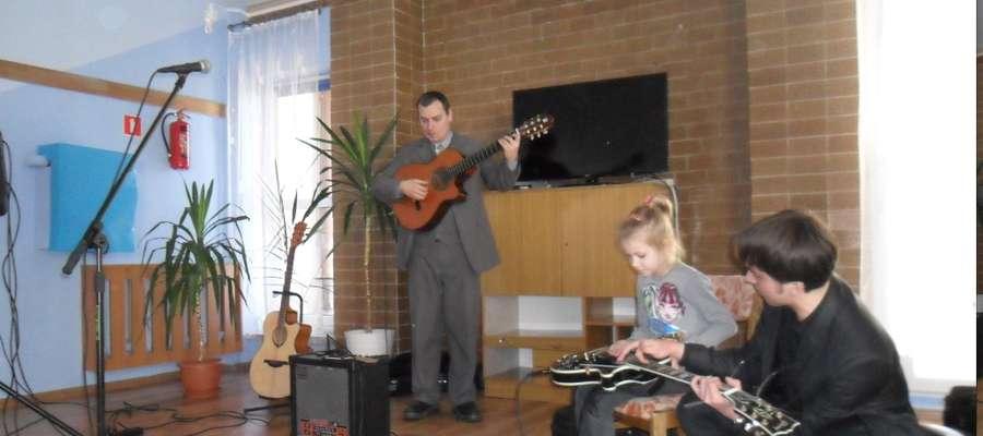 """Przedszkolaki nie tylko słuchały, ale także próbowały grać na gitarze, chociaż z pomocą muzyków to do akompaniamentu można było zanucić – """"Gdybym miał gitarę... """""""
