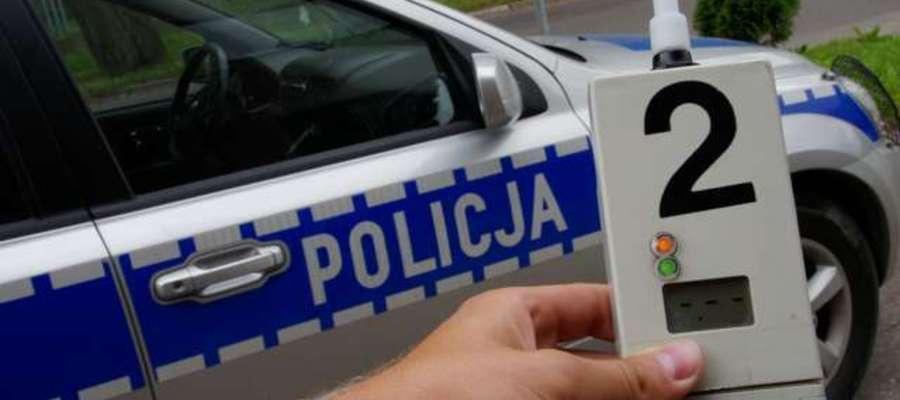 Policjanci przeprowadzają częste kontrole kierowców za pomocą alkomatów