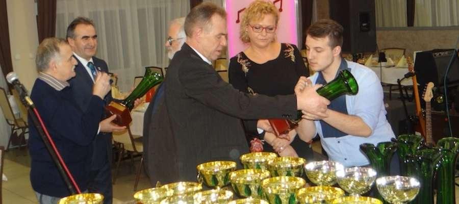 Podczas rozdania nagród przez organizatorów (na pierwszym planie od lewej) Marek Poraziński, Anna Roszewska i Kamil Mączkowski
