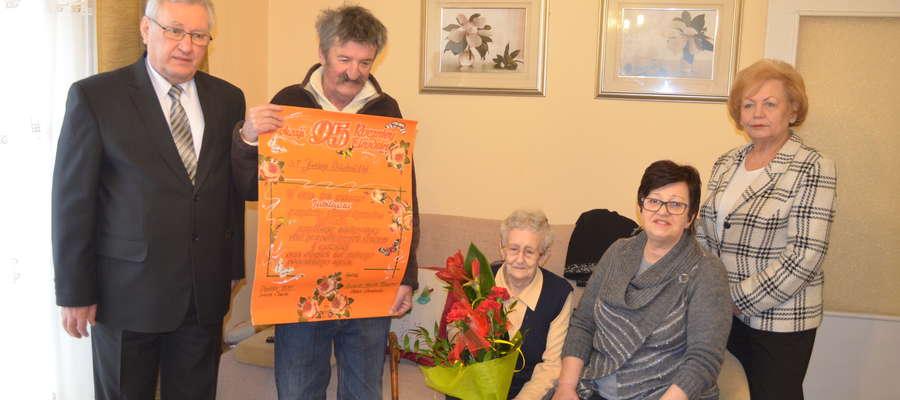 Janinę Kniachnicką w dniu urodzin odwiedzili Otolia Siemieniec, burmistrz Mrągowa, oraz Julian Osiecki, dyrektor MOPS w Mrągowie