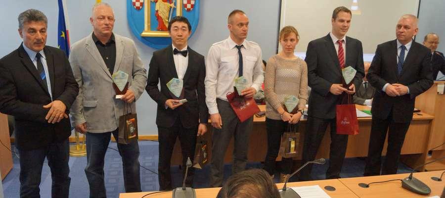Od lewej: przewodniczący Rady Miasta Romuald Remiszewski, Janusz Chilmanowicz, Wenliang Xu, Marcin Rogoziński, Martyna Konarzewska, Jiri Vrablik, burmistrz Grzegorz Mrowiński