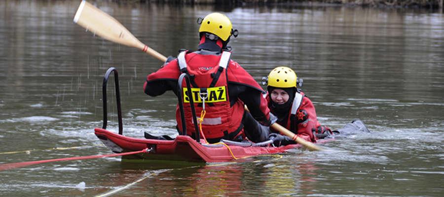 Ochotnicy podczas ćwiczeń na Jeziorze Krutyńskim